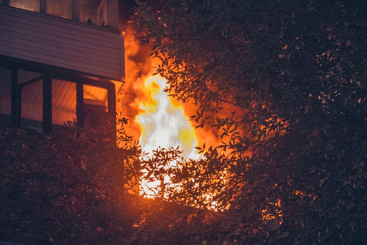 В жилом девятиэтажном доме по адресу улица Гончара, 1-3 произошло серьезное возгорание