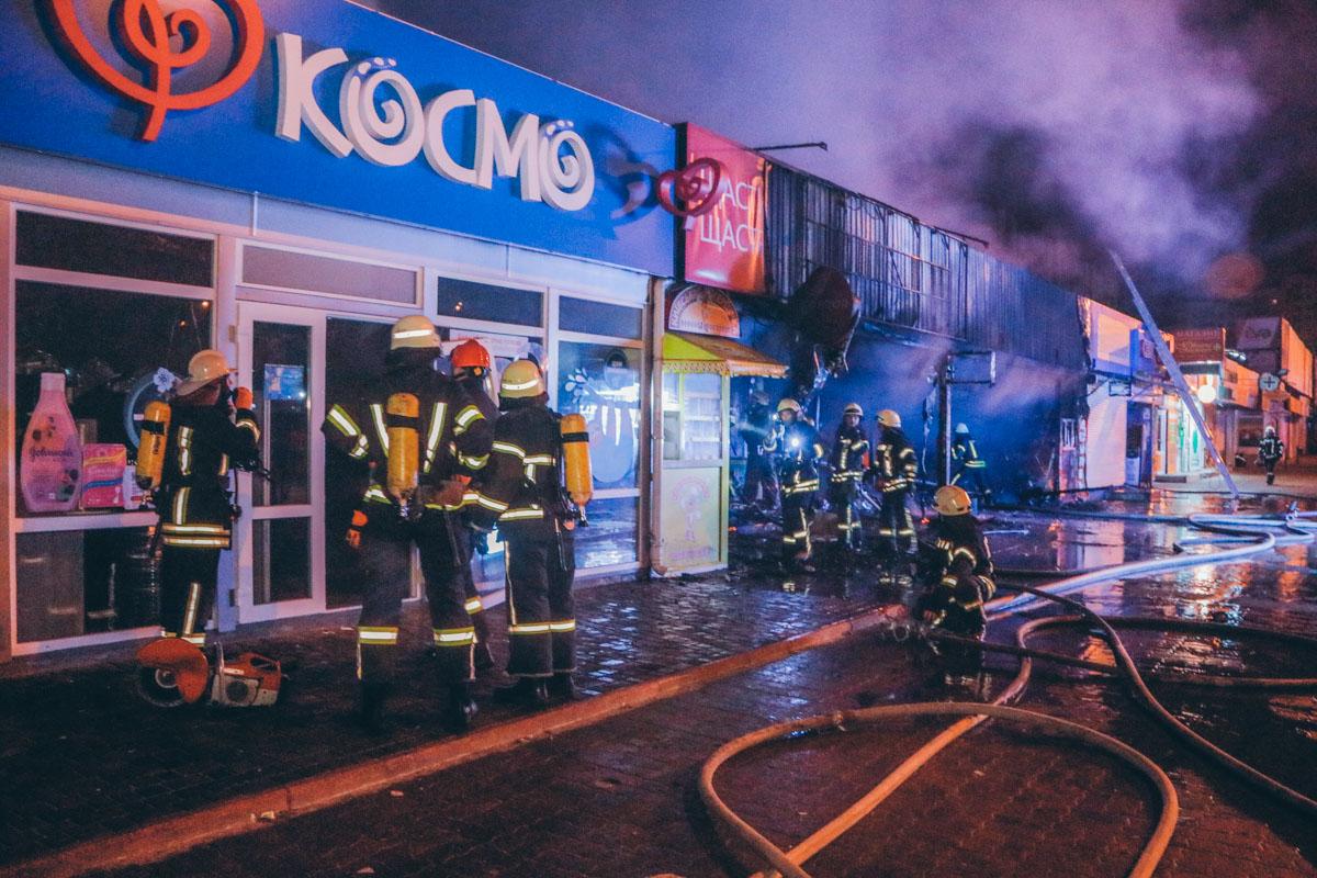 Чтобы добраться до очагов возгорания спасателям пришлось выламывать двери соседних торговых точек