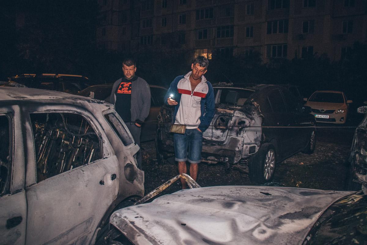 К приезду спасателей пламя от горящего автомобиля поднималось приблизительно на три метра