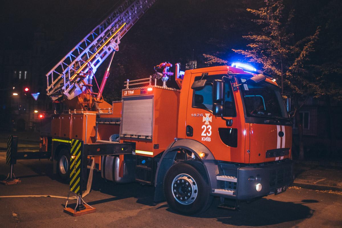 Спасатели использовали пожарную лестницу, чтобы добраться до окон пылающего помещения