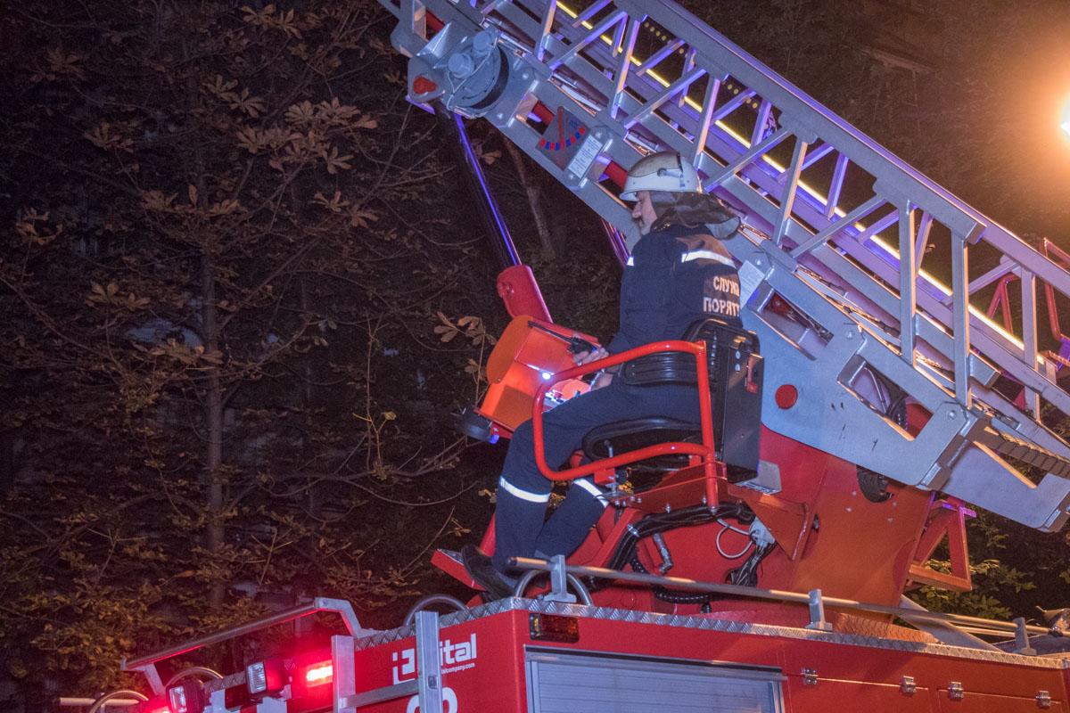 Владельца квартиры чудом удалось спасти из объятого пламенем здания и передать медикам