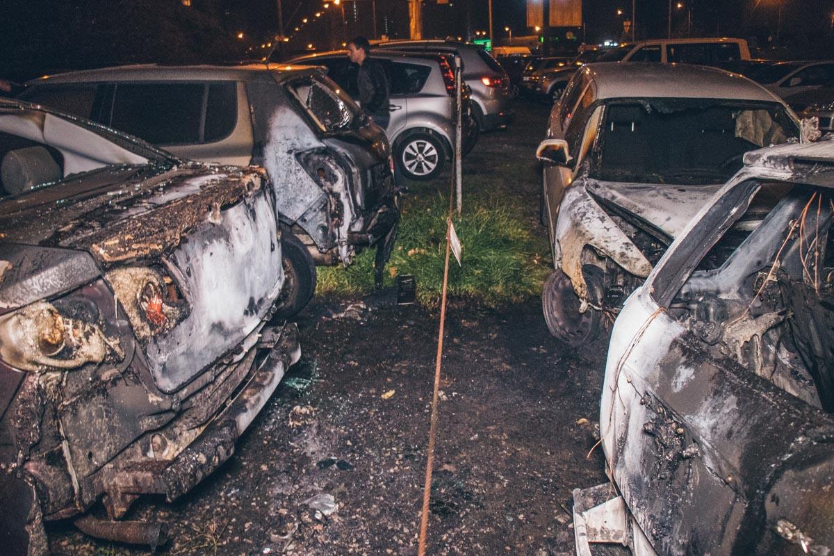 В результате пожара пострадали шесть машин