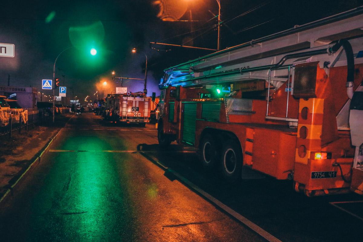 Огонь быстро распространился по рядам рынка внутрь и сопровождался большим задымлением