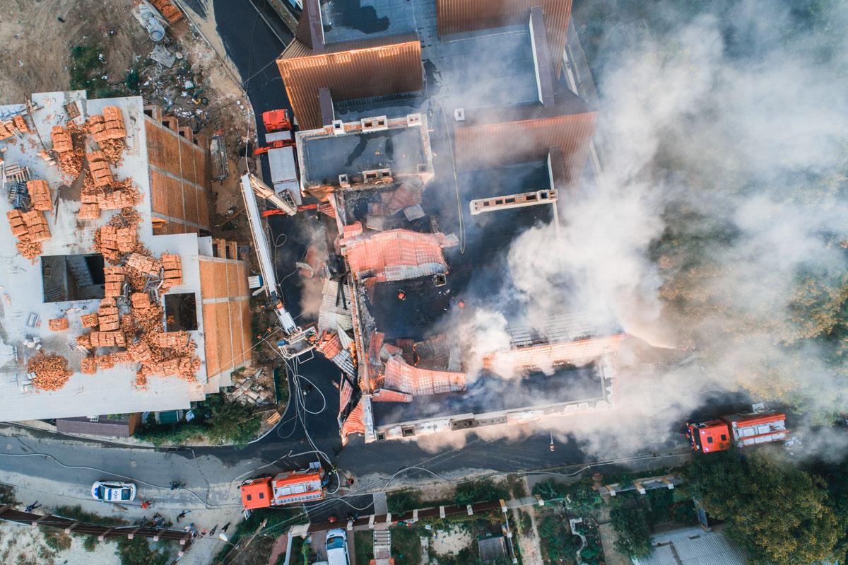 Свидетели говорят, что до пожара видели в доме строителей