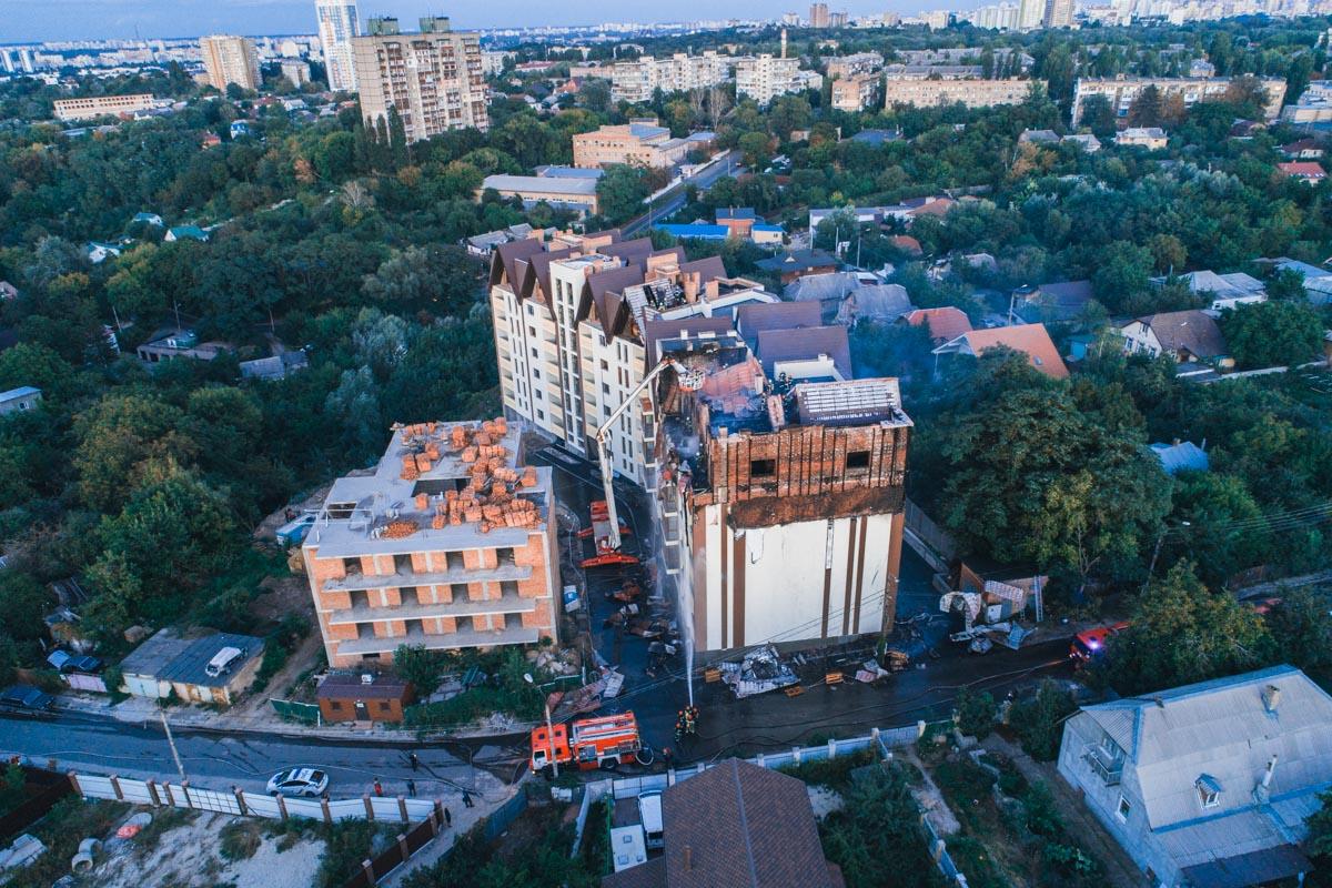 На улице Ясногорской загорелась новостройка