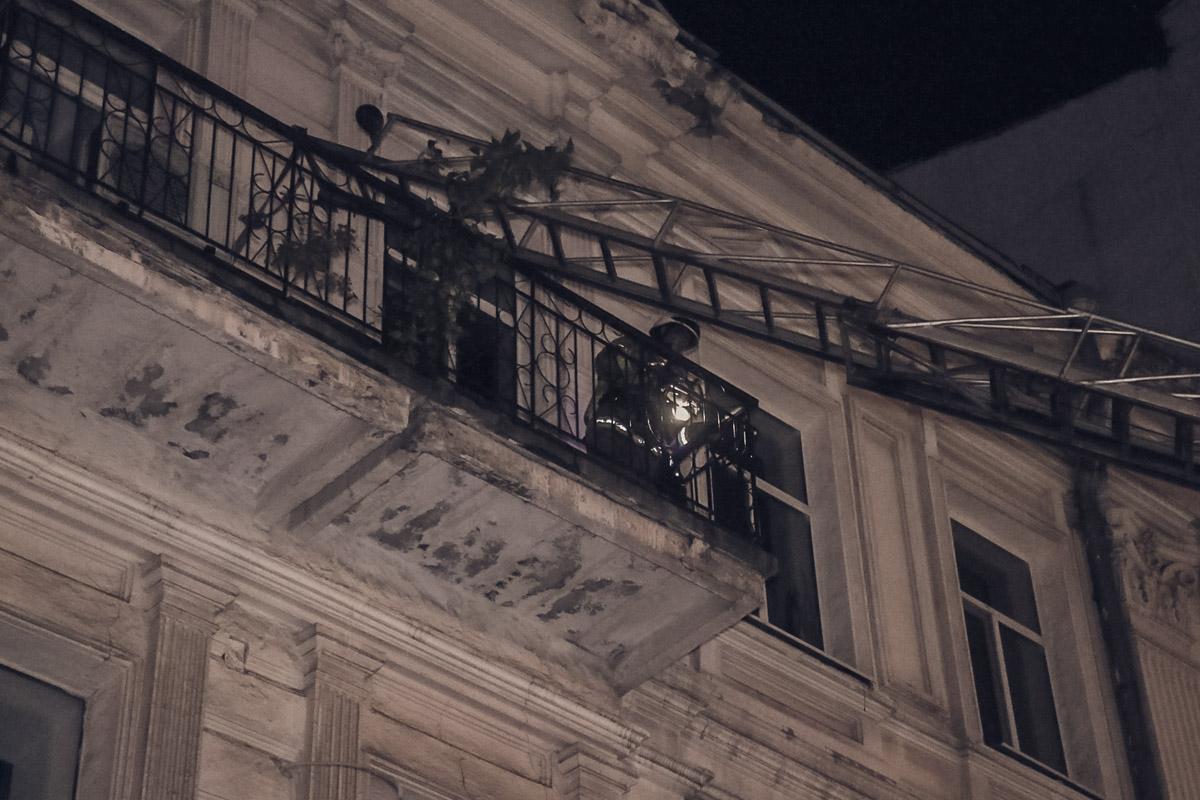 Огонь быстро распространился на все помещение и крышу здания