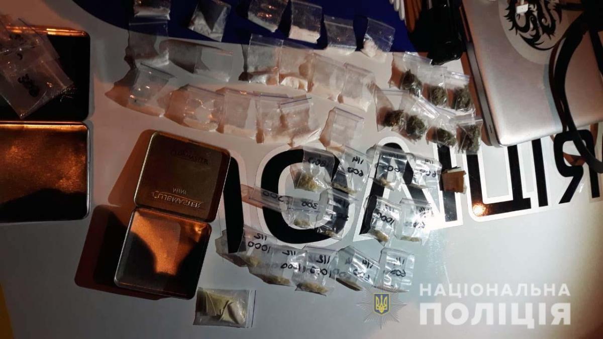 В Подольском районе Киева на улице Братской правоохранители задержалимужчину с расфасованными наркотиками