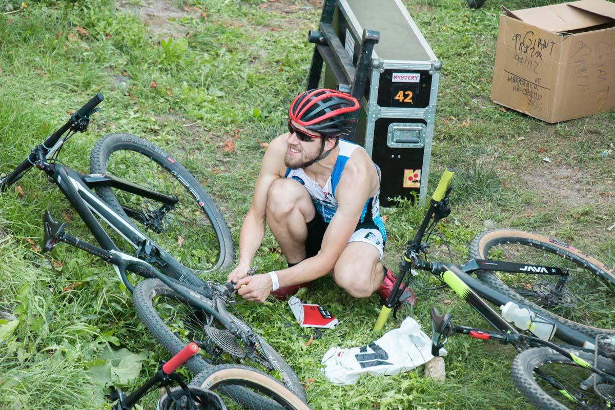 После заезда спортсмены отдыхали на мягких пуфиках или просто на траве
