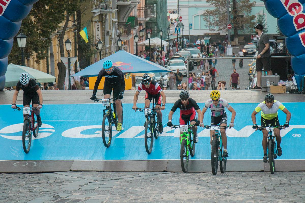 Для велосипедистов были оборудованы специальные палатки, где они могли разогреться перед стартом заезда
