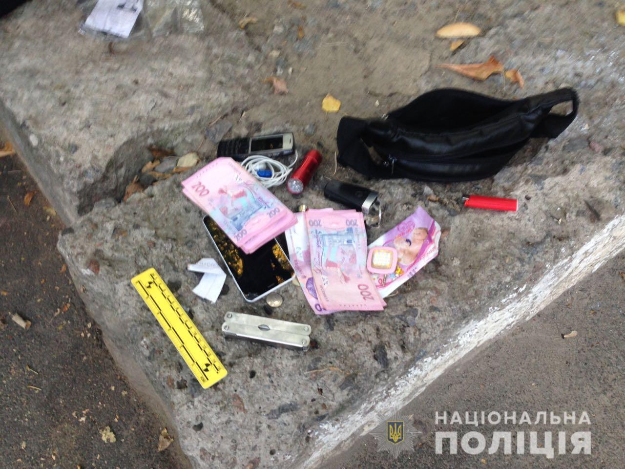Грабитель, угрожая ножом, заставил мужчину снять деньги с банкомата