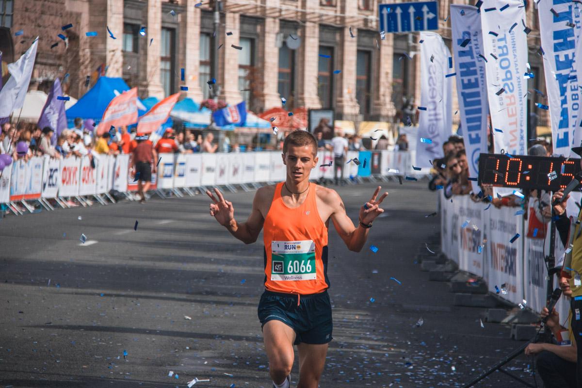 Один из участников забега на финише