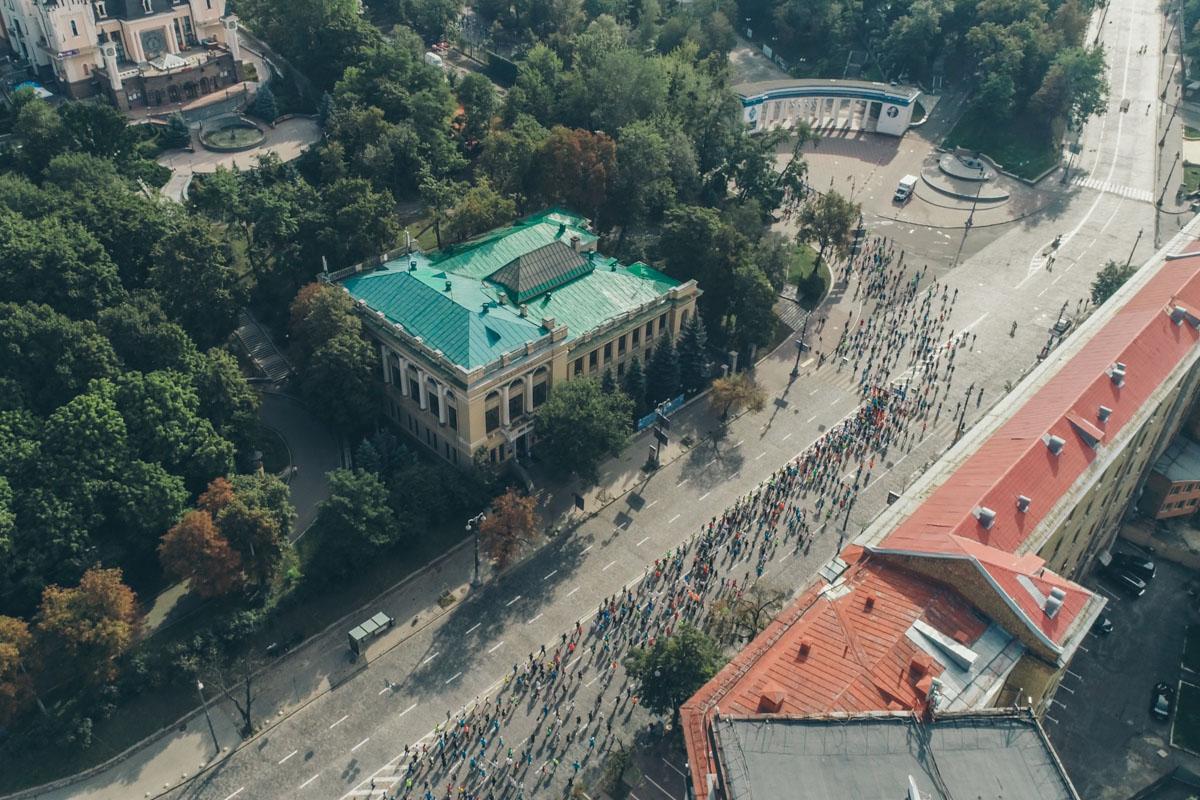 Участники бегут вверх от Европейской площади