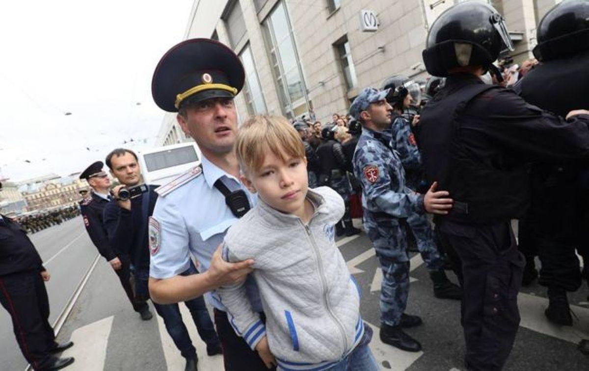 На акциях протеста по всей РФ задержали почти 900 человек