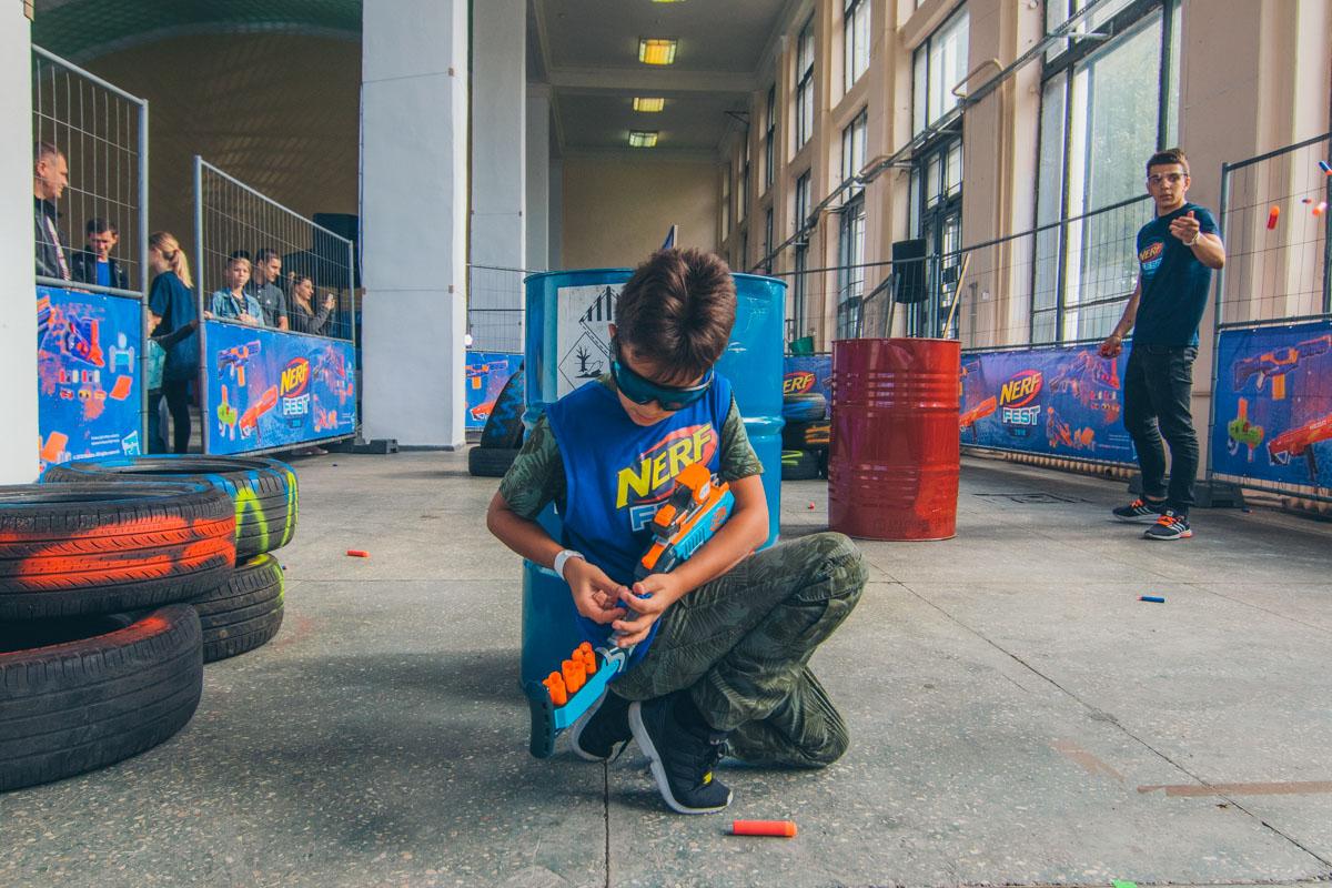 Бластеры стреляют поролоновыми стрелами