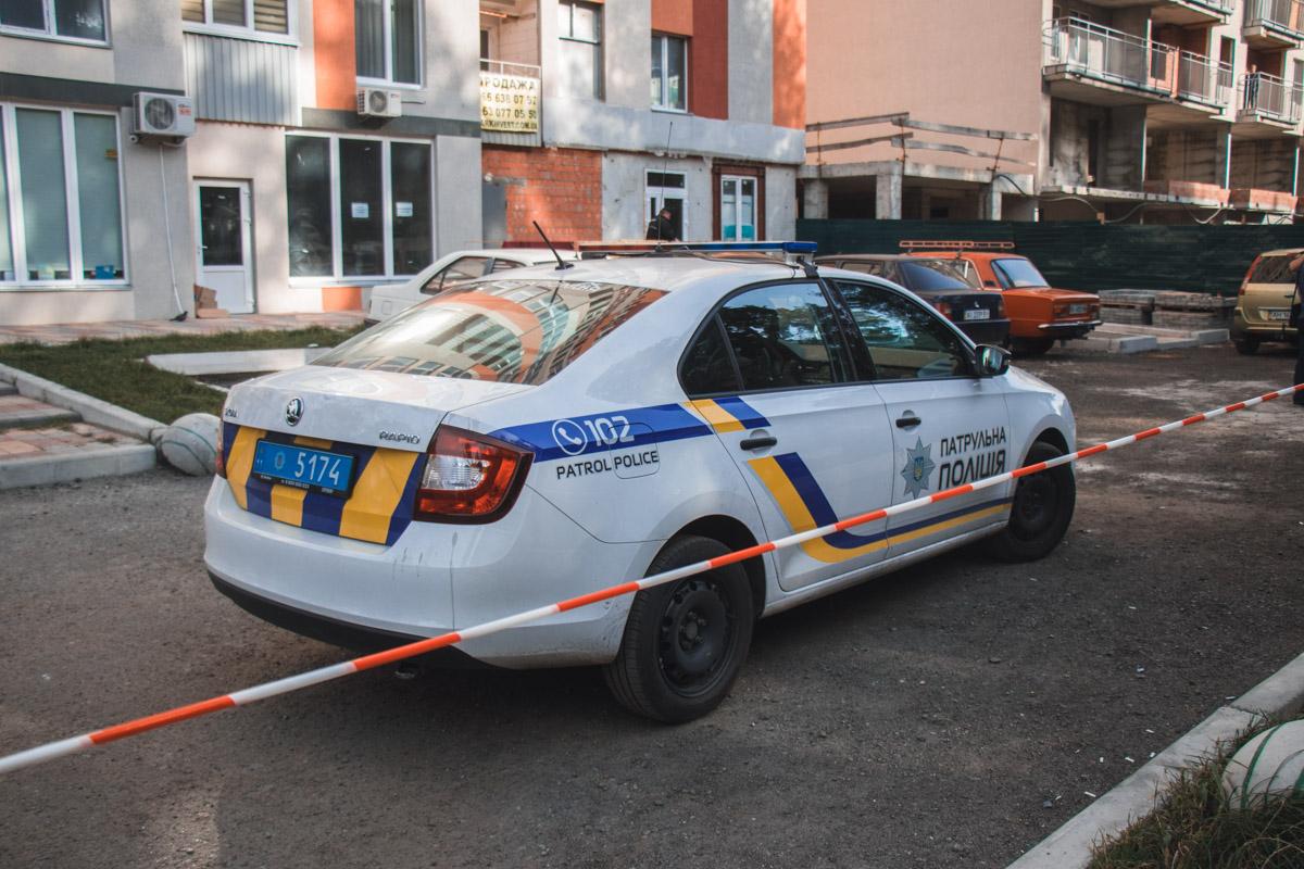 На месте работают следователи и патрульная полиция