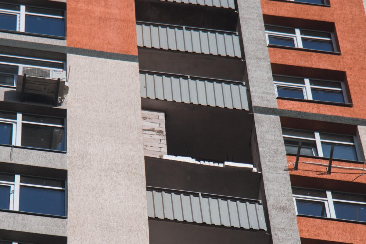 Строитель уронил балконное перекрытие