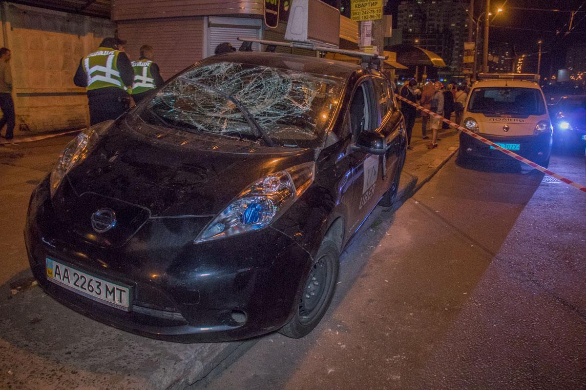 16 сентября на улице Маршала Тимошенко Nissan Leaf службы Uber влетел на остановку общественного транспорта
