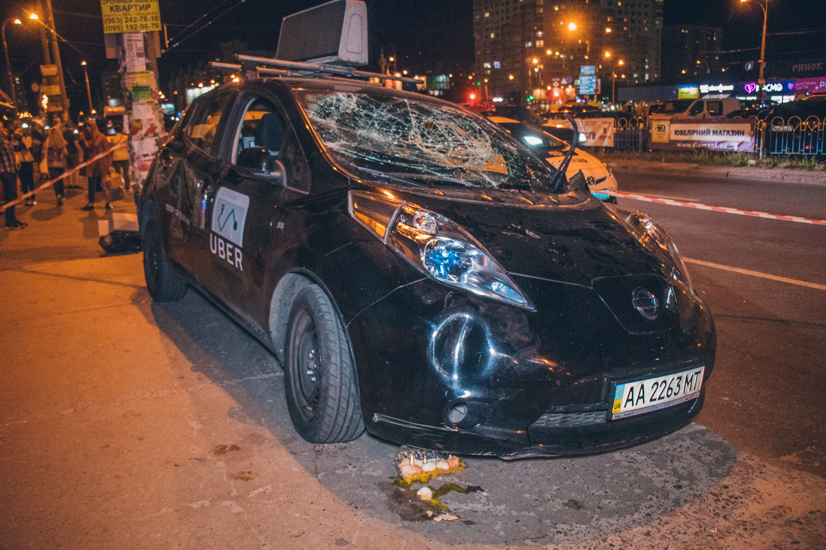 Очевидцы начали доставать водителя Uber из машины, так как тот закрылся