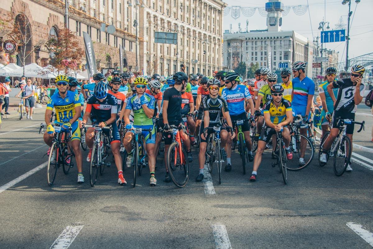 В формате шоссейный гоноквсе желающие на разных велосипедах соревновались на дистанции 100 километров