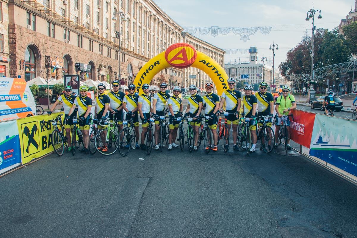 Велогонку разделили на 4 старта: первыми начали соревноваться профессионалы