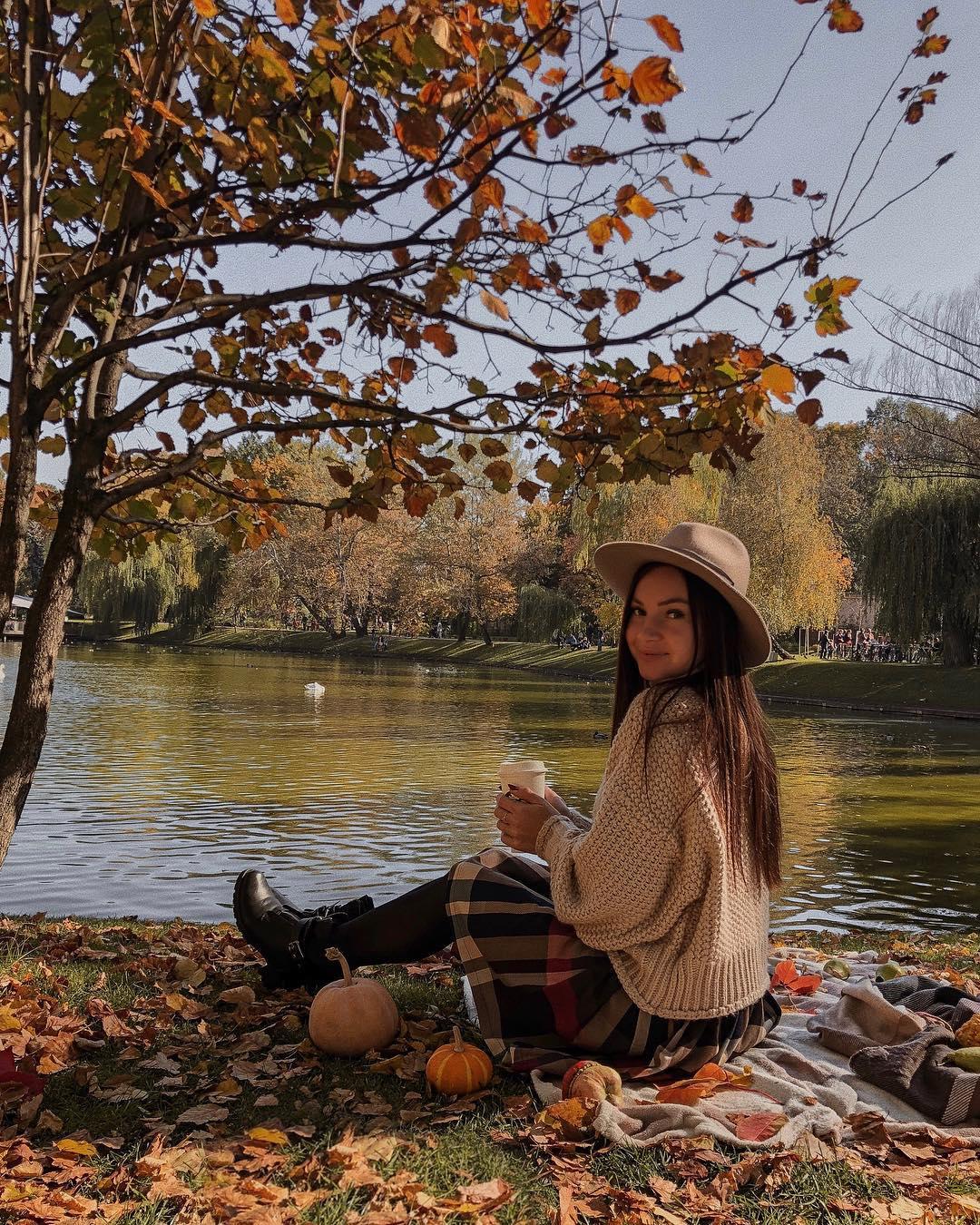 Желтые листья, тыквы, яблочки... хотя бы за это уже можно любить осень! Фото: @alesia_haidai
