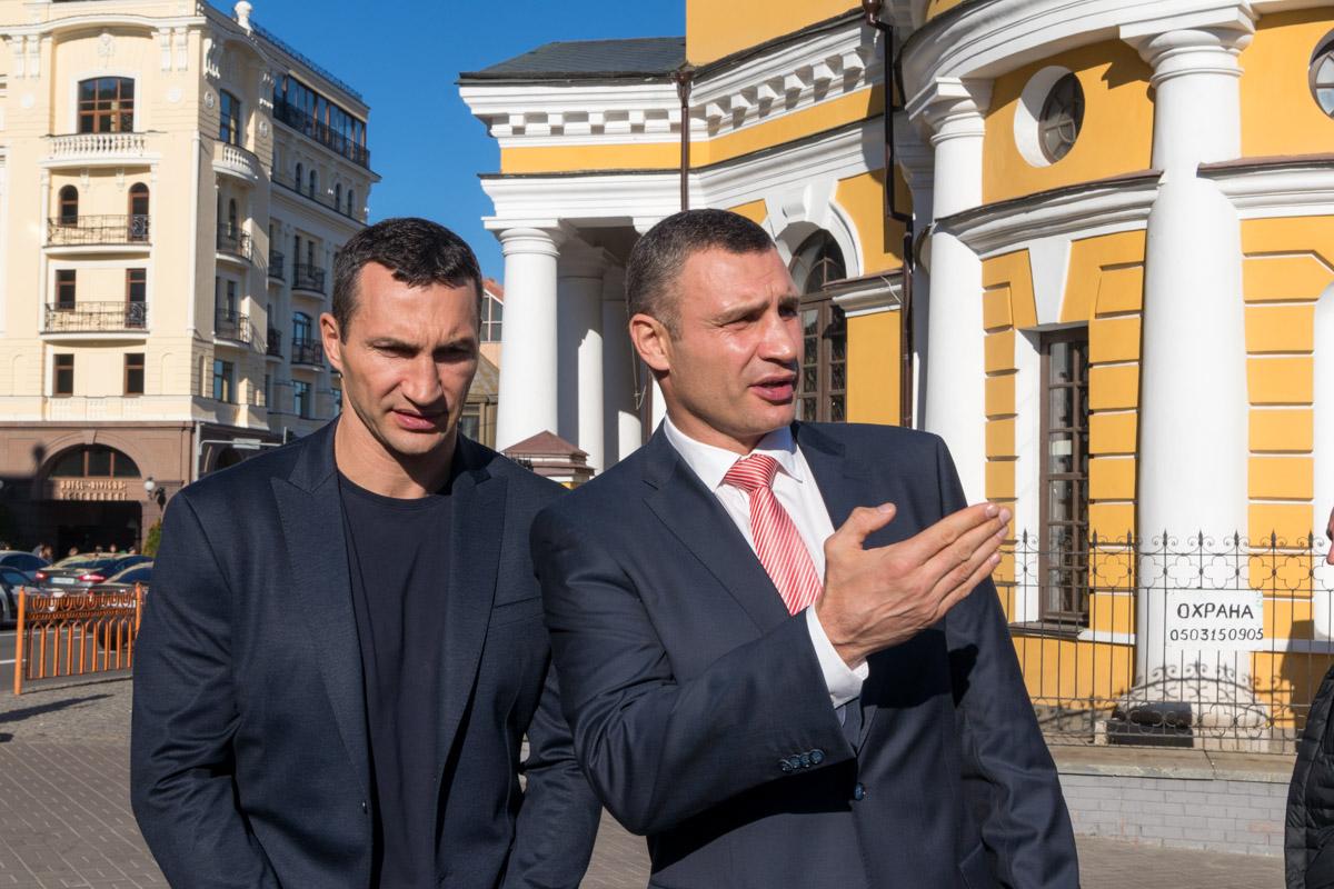 Братья Кличко на пресс-подходе перед церемонией