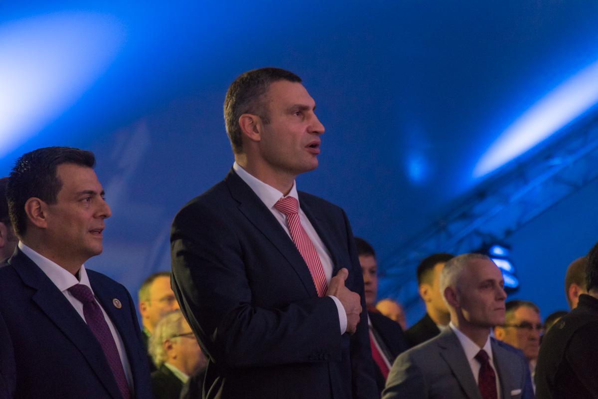 Виталий Кличко подпевает гимн Украины