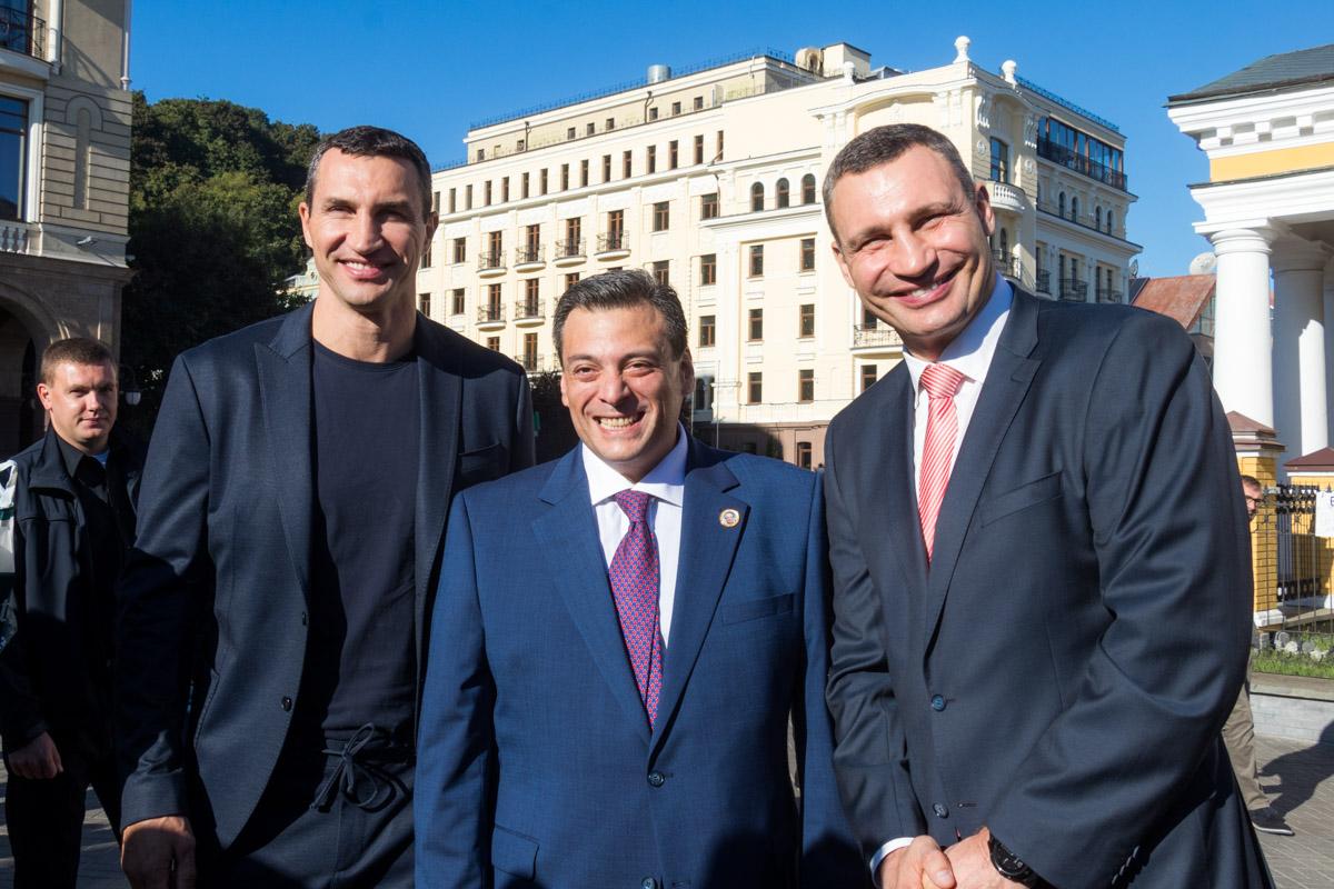 Братья Кличко с президентом WBC Маурисио Сулейманом