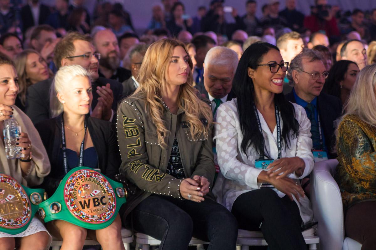Увлеченные зрительницы берегут пояса чемпионов
