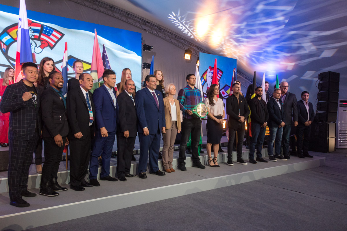 Представители стран-участник конгресса во главе с Александром Усиком