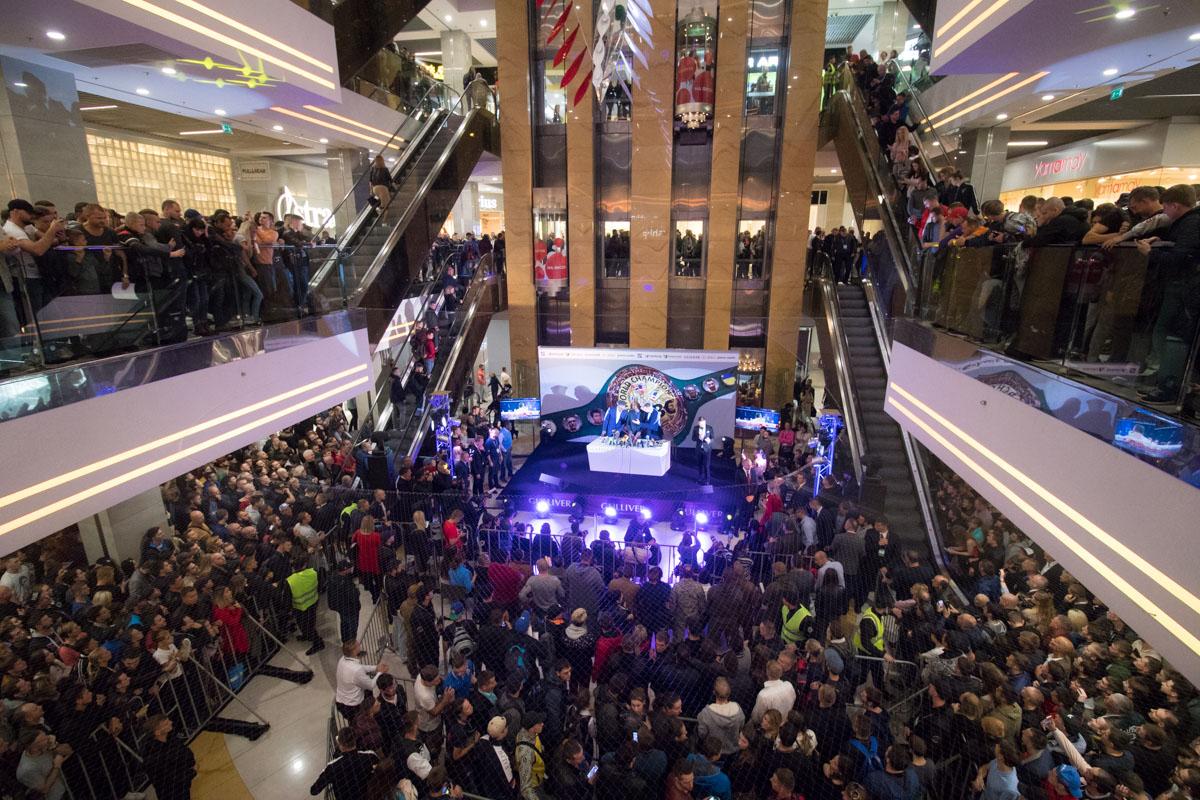 Поклонники заняли весь торговый центр