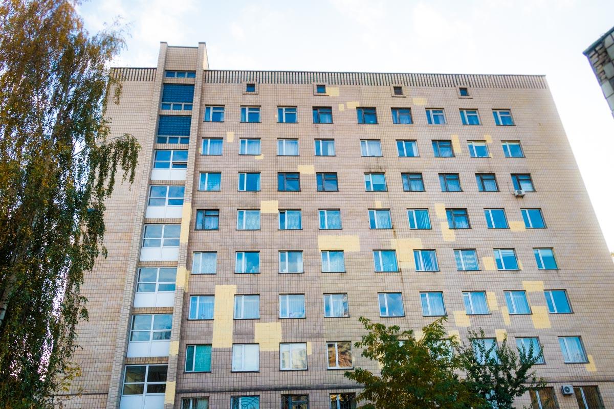 Из окна роддома Киевской областной клинической больницы выбросилась молодая женщина
