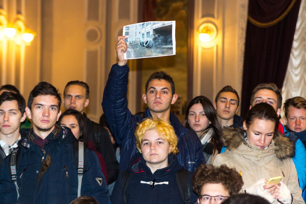На встречу митингующие принесли фото, доказывающие ужасное состояние зданий Политеха