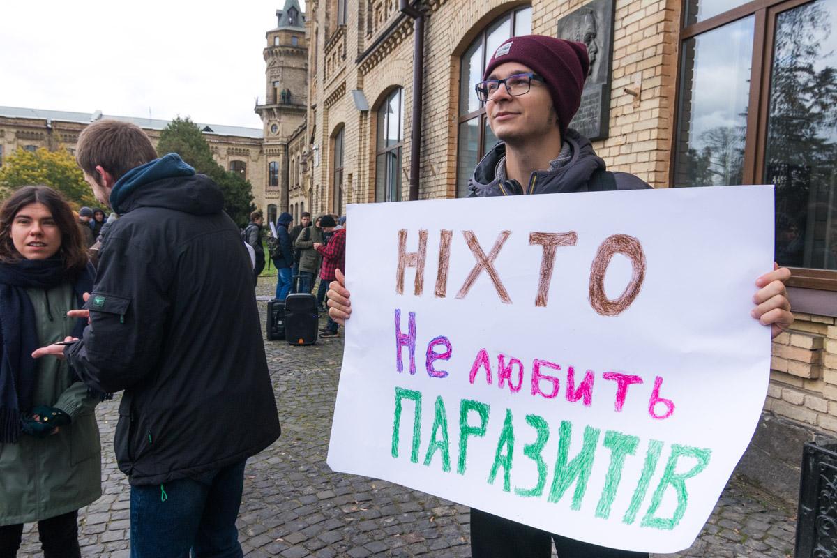 В первую очередь активисты требовали отставки проректора Ковалева