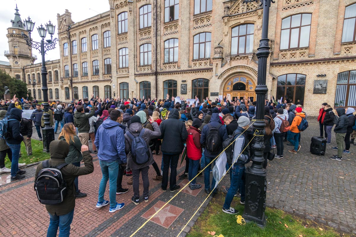 Участники акции активно звали ректора Зугровского