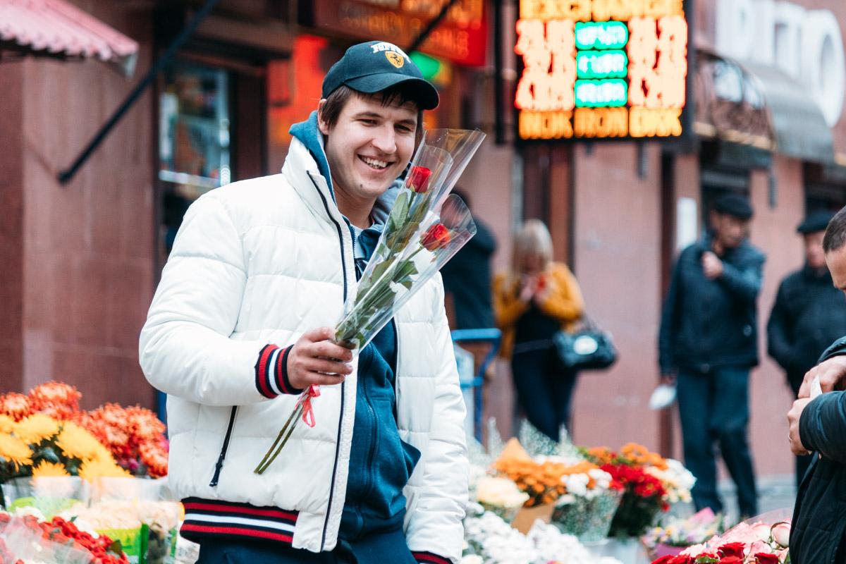 Киевский казанова! Не собирается же он дарить одной девушке два разных цветка... :)