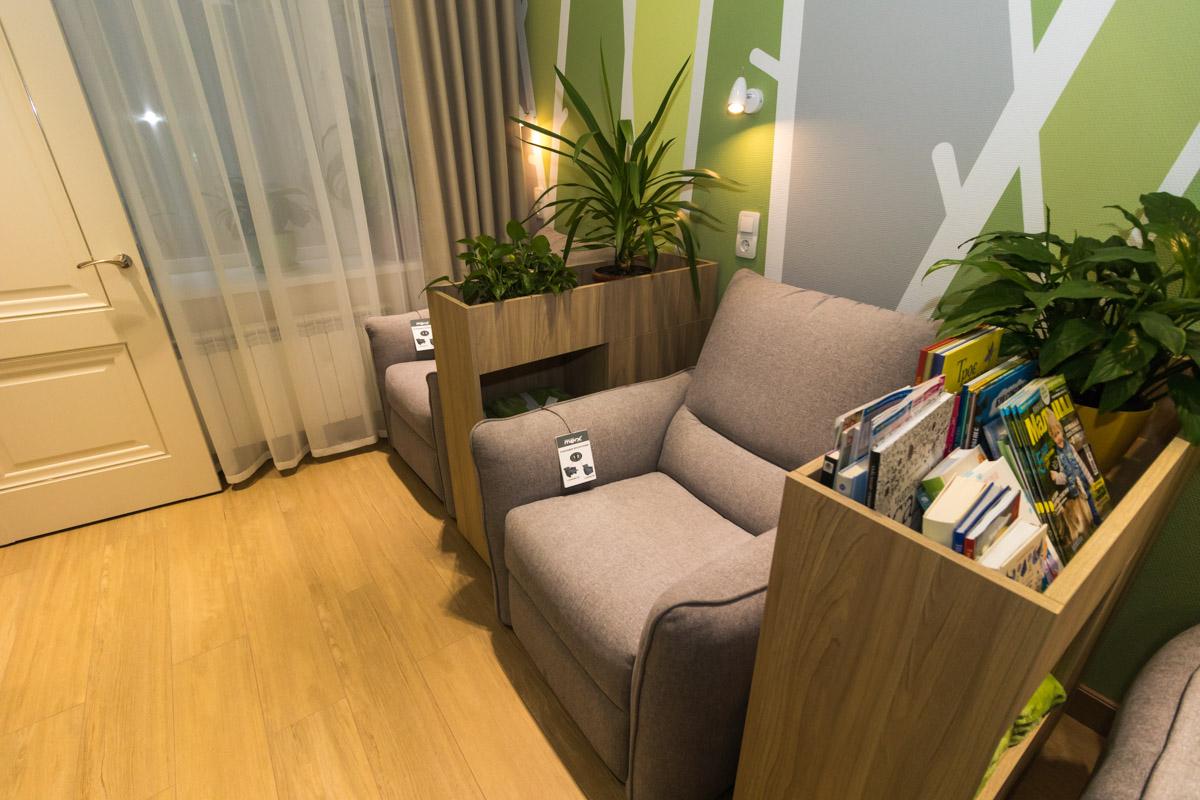 В этой комнате можно почитать книгу с ребенком в удобном кресле