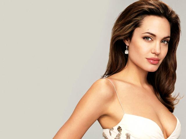 Анджелина Джоли удалила молочные железы, но с помощью пластики не лишилась того, на что так обращают внимание мужчины