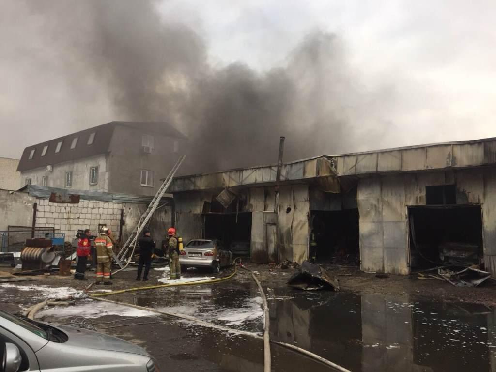 Специалисты оперативно тушат здание