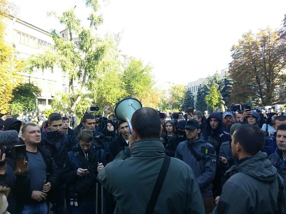 Лидер организации С14 Сергей Мазур вместе с активистами требовали провести расследование касательно взрыва в его квартире