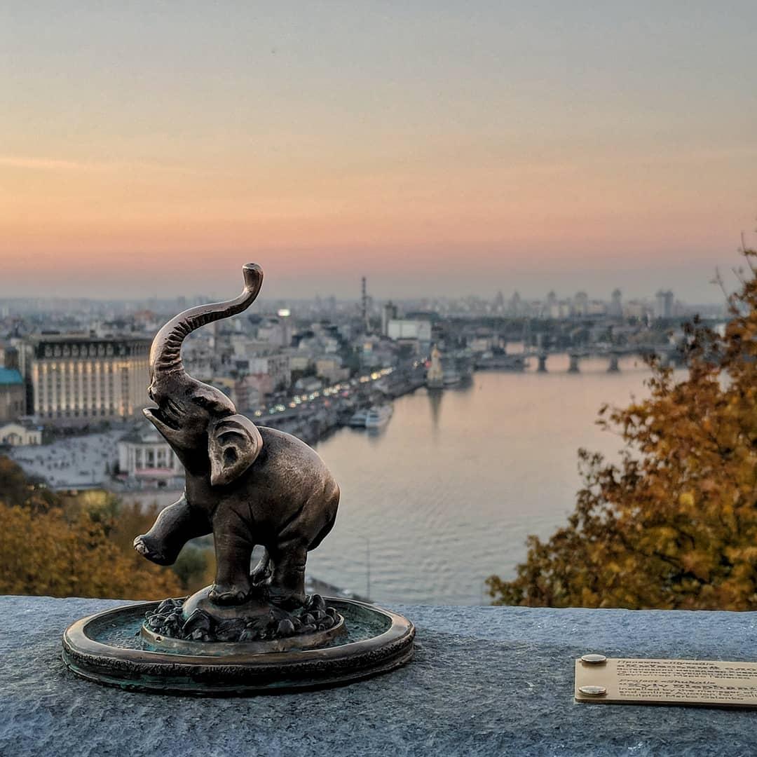 Уже любимый всеми киевлянами и туристами слоник у арки Дружбы Народов. Фото: @ykvlv.jpg