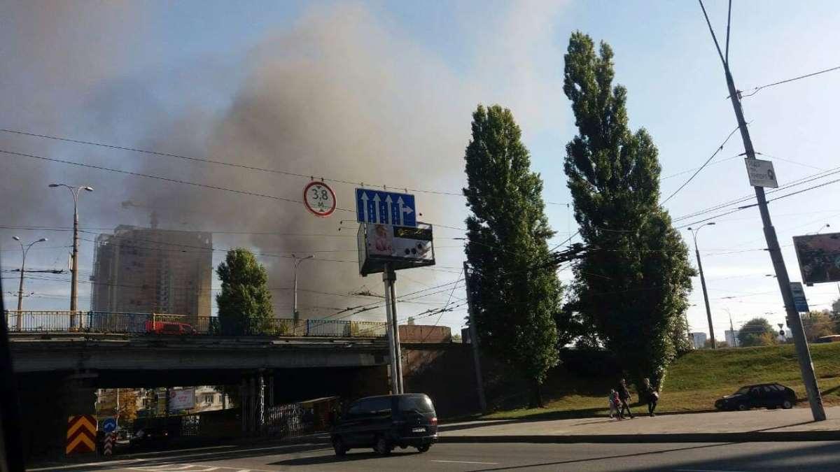 Очевидцы запечатлели пожар , проезжая рядом с местом происшествия