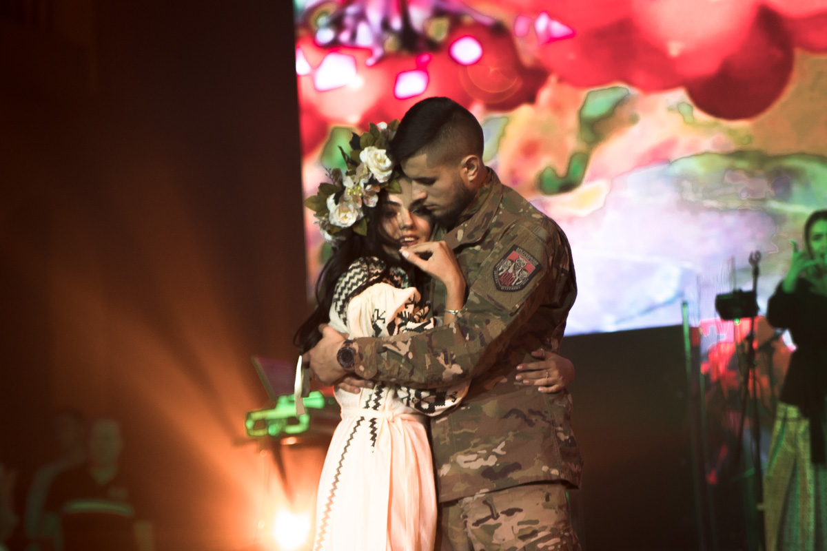 Пары исполняли чувственные танцы под патриотичную музыку