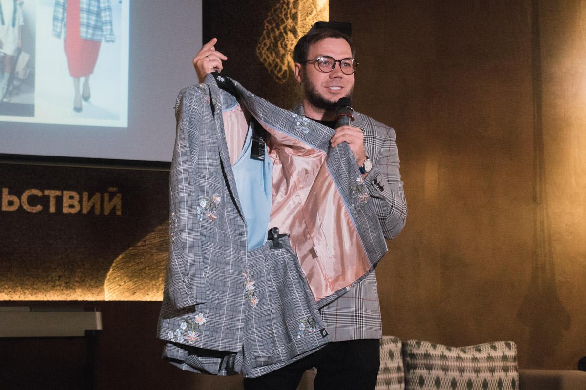Клетчатые шорты и пиджак вместе с майкой - отличное сочетание