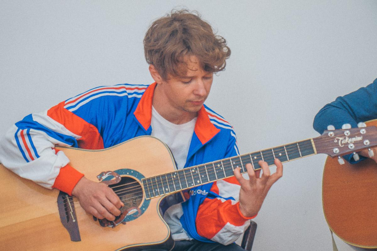 """Музыканты исполняют песню """"Искрами"""""""