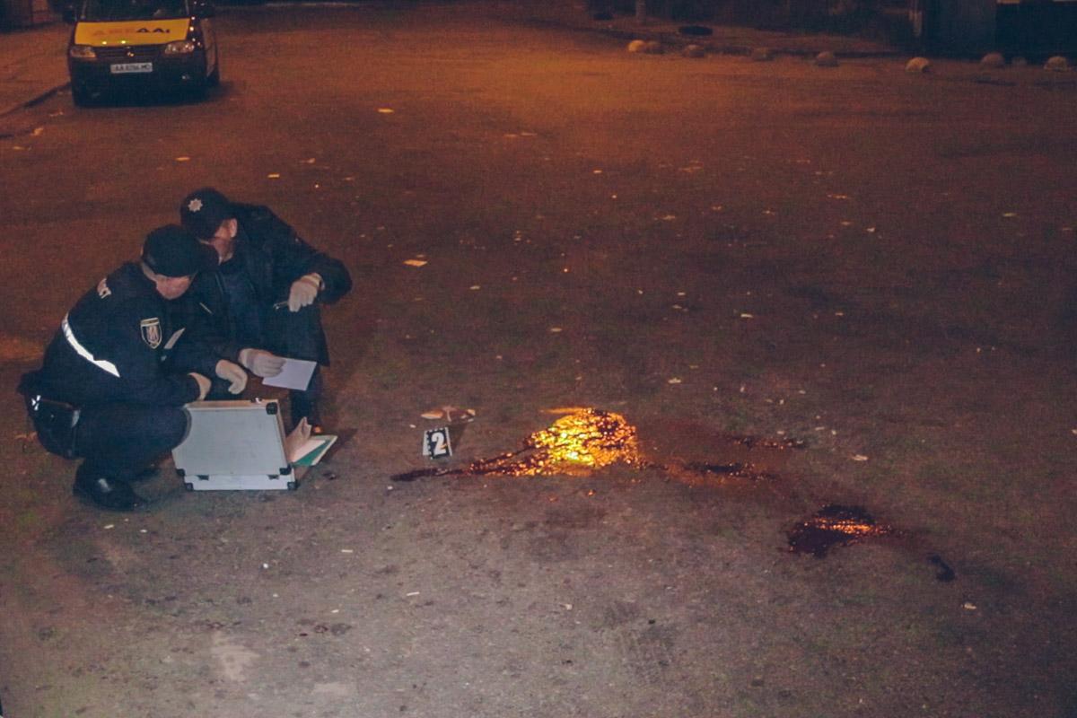 Нападавших было около пяти человек. Они скрылись, уехав на автомобиле ВАЗ
