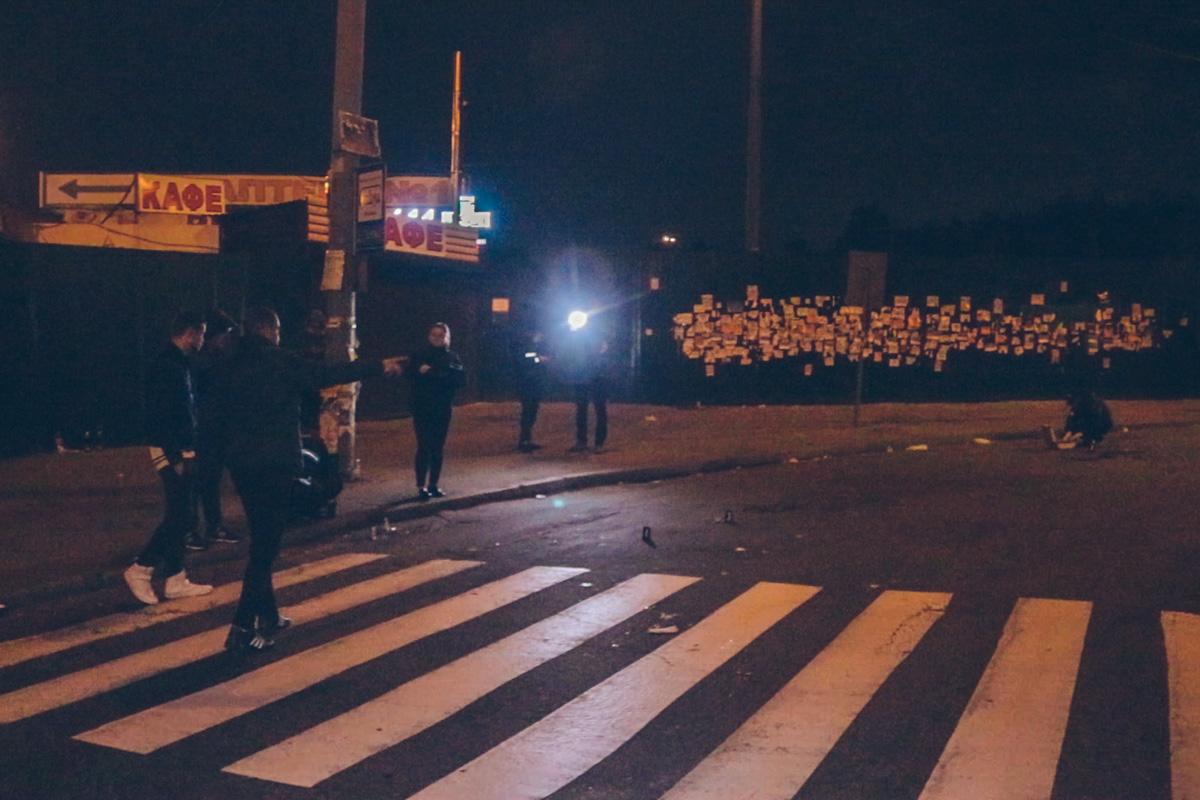 Очевидец отметил, что мимо проехала машина патрульной полиции, которые не приняли никаких мер, чтобы остановить драку