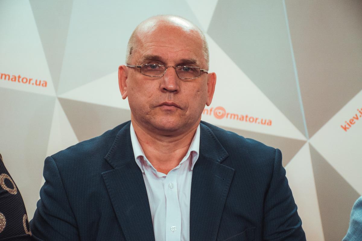 О мерах безопасности в школах поделился представитель Департамента образования Александр Сергеев