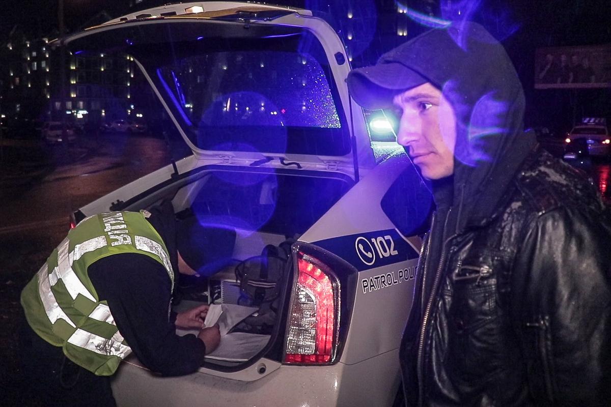 Задержанный Денис утверждает, что он не сидел за рулем, но свидетели говорят обратное