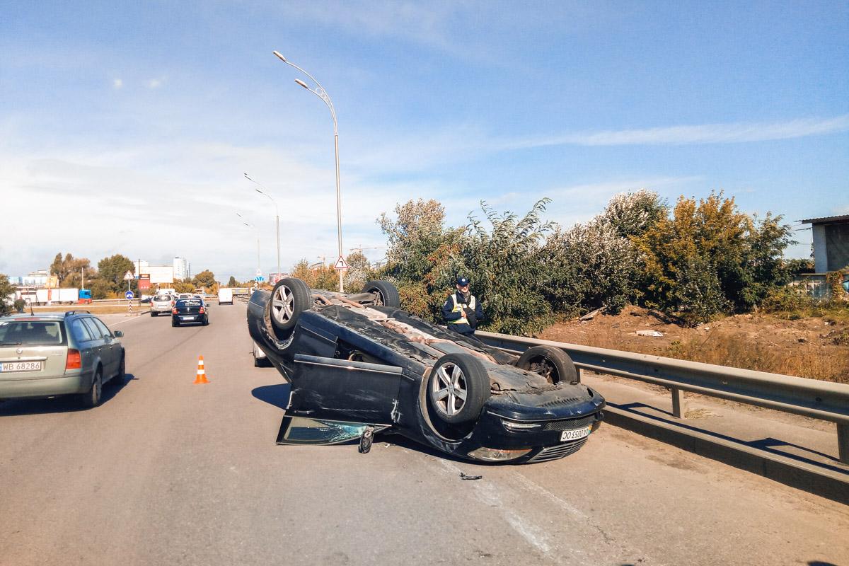 Водитель Mercedes въехал в две машины и перевернулся